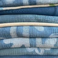 🄼🄾🄳🄰 🄻🄴🄽🅃🄰🐢 Crear ideas y darles forma. 🐢 Buscar y comprar materiales. 🐢 Hacer pruebas, muchas. 🐢 Teñir ( a 🤚🏼) 🐢 Estampar ( a 🤚🏼) 🐢 Lavar ( a 🤚🏼) 🐢 Hacer patrón y cortar. 🐢 Coser. 🐢 Etiquetar y empaquetar. 🐢 Aplicar valores en cada uno de los procesos.¡Y muchísimo más!Y como dice mi vecina , ahora dime que lo hecho a mano es caro 😹.Gracias una vez más @agencia_lavecina 💙