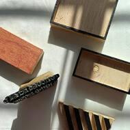 """Manos 🖐🏼 a la obra! Primero, debo tallar la bloques de madera, en India lo hacemos a mano,yo no tengo ese don ni paciencia así que los mandé a hacer 😀.Segundo, lavaré el tejido para luego tintar.Tercero,sobre una mesa acolchada estiro muy bien la tela,marco los centros y ángulos de cada uno de los elementos a estampar y comienzo con la estampación!Empiezo con los bloques """"Rekha"""" (contornos) siendo estos las piezas maestras para que el dibujo esté recto, simétrico y marcará la aplicación de los """"Datta"""",colores secundarios. Dejaré secar los contornos para poder ir aplicando los siguientes colores,estampando un único metro hasta 3 veces. Luego lavo de nuevo, plancho, posiciono el patrón para después cortarlo y pasarlo a manos de la costurera. Y Repeat. ¿Qué rapidito no? 😂. Esto sí que es SLOW FASHION. . . . #blockprinting #homemade #handmade #slowfashion #modalenta #modasostenible #sustainablefashion #slowlife #slow"""