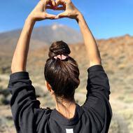 Una de mis CLARABACONCERAS favoritas paseando nuestra camisa KALA por El Teide 🏔. ⚠️Aviso! Solo queda UNA ÚLTIMA UNIDAD. Entra en www.clarabaconce.com y disfruta de precios SLOW 🤍.
